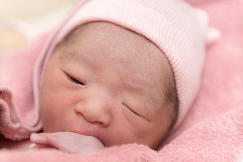 newborn baby sucking fingers